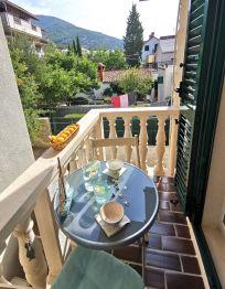Zimmer sa balkonom i pogledom na vrt